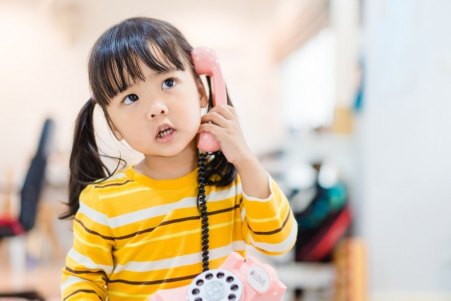 kind aan telefoon